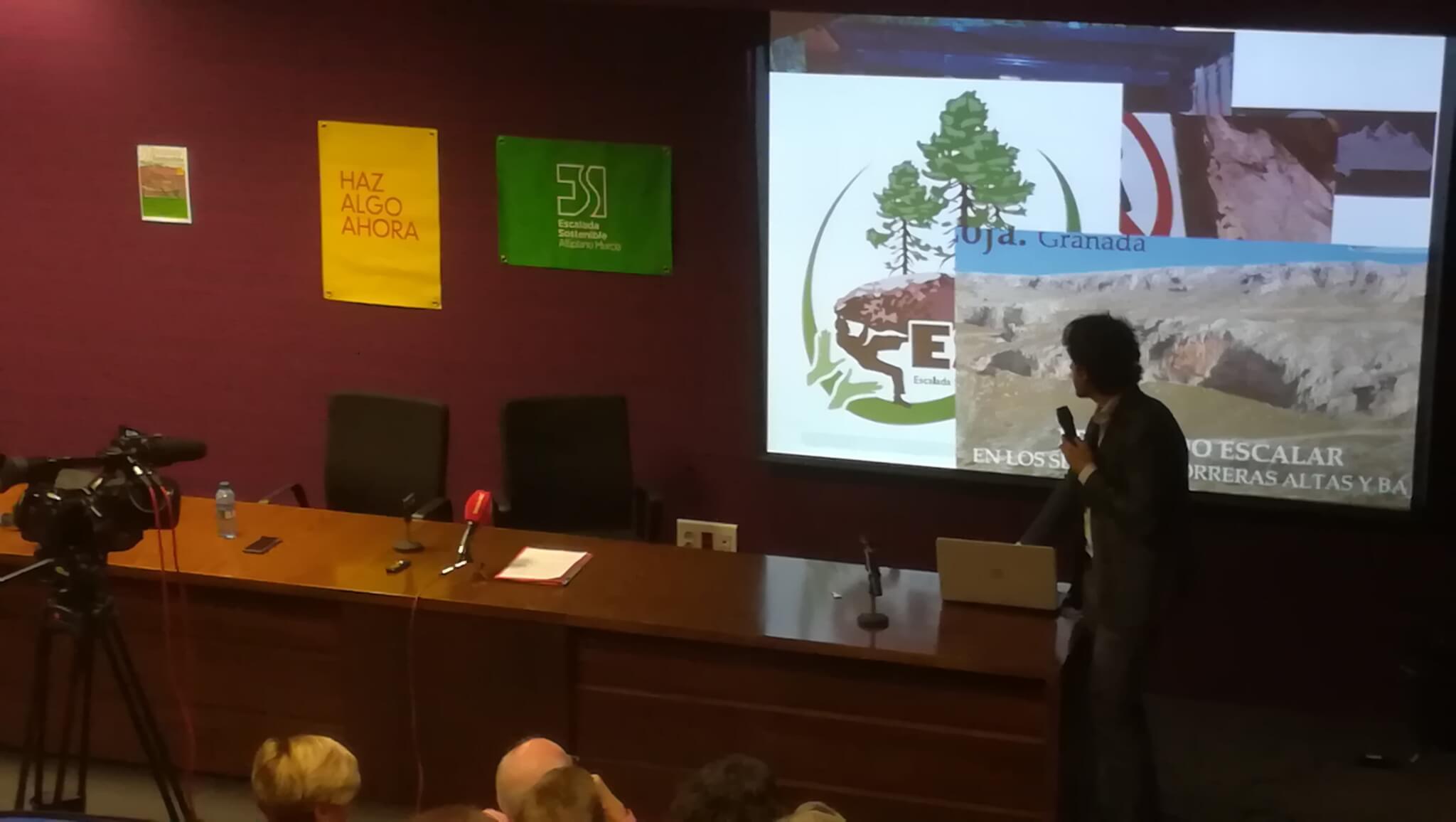 El abogado Alejandro López en la Charla-coloquio Escalada y normativa. Los peligros del vacío. En Jumilla (Murcia), 18 de abril de 2018.