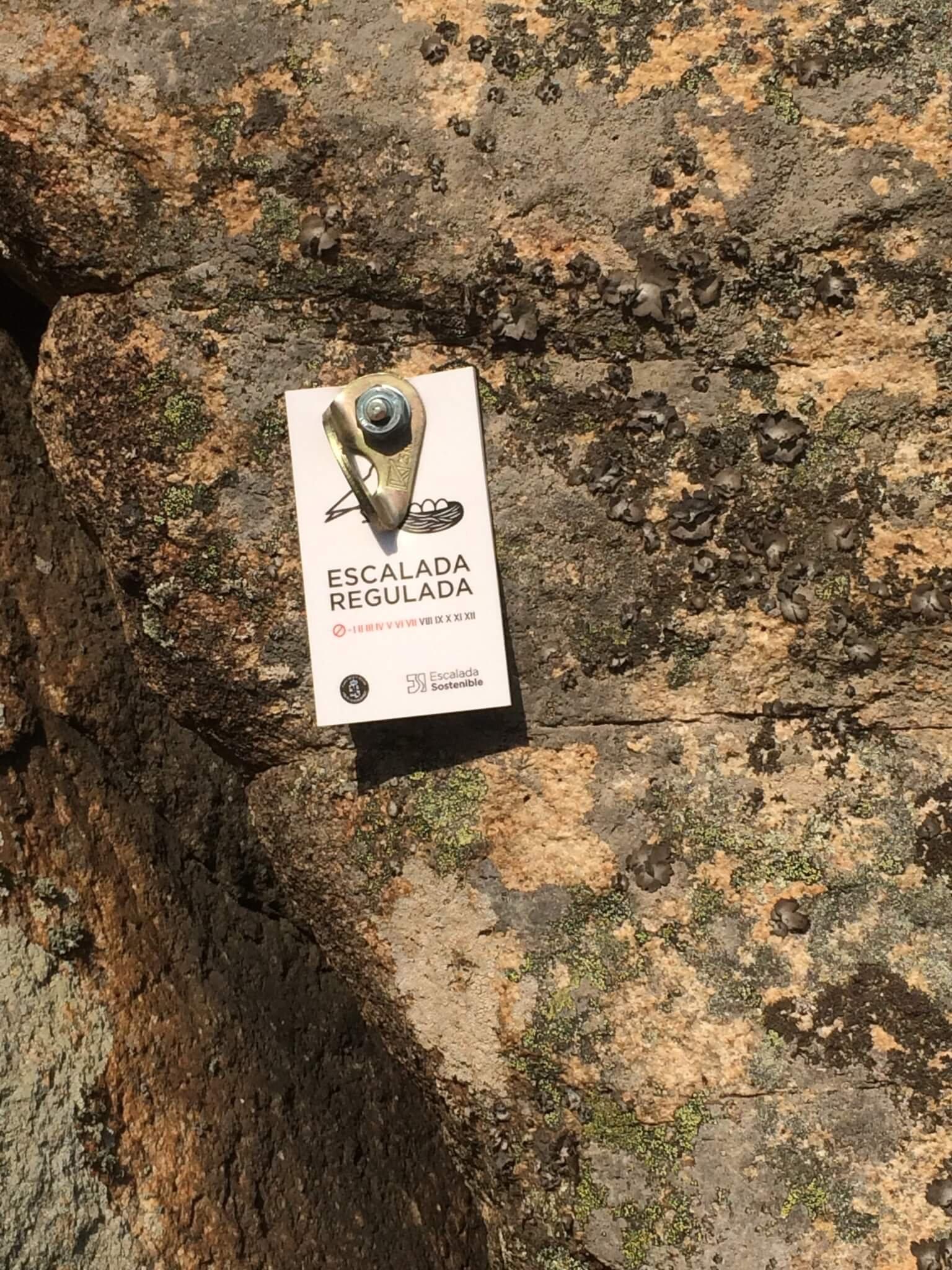 Placa de regulación en la Peña del Tejo (Valdemanco).