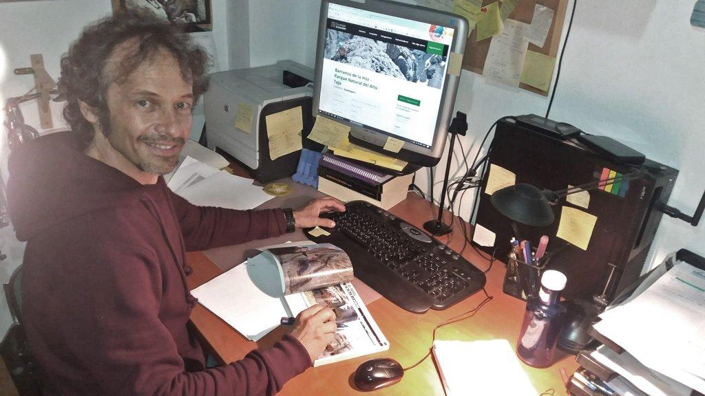 José Luis, responsable de Medio Ambiente de ES, cazado de madrugada añadiendo información al Censo.