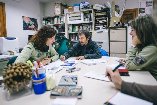 José Luis, técnico de Escalada Sostenible, con Gemma y Ana durante la reunión en noviembre de 2018 con los Agentes Forestales en su oficina de Soto del Real (Madrid).